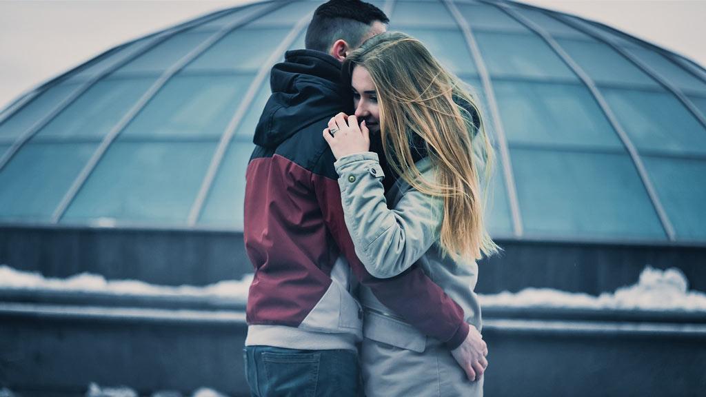 Молодая пара обнимается, негативные установки